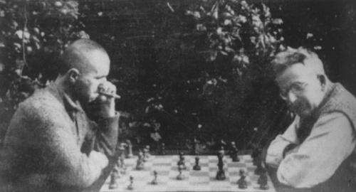 Benjamin y Brecht echando un ajedrez, un cigarrito.