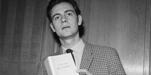 PATRICK MODIANO RECOIT LE PRIX ROGER MINIER POUR SON ROMAN LA PLACE DE L'ETOILE EN 1968